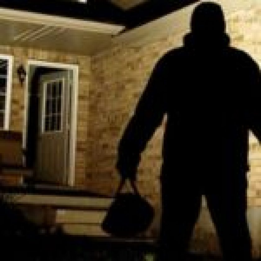 Burglars_Break_Into_House